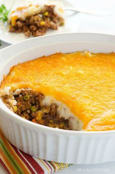 Shepherd's Pie (aka. Cottage Pie) Ingredients POTATO LAYER 3 large russet potatoes 2 Tablespoons butter cup milk 1 teaspoon garlic powder MEAT LAYER 2 pounds ground beef ( or lamb, turkey… Beef Dishes, Food Dishes, Main Dishes, Meat Recipes, Cooking Recipes, Recipies, Irish Recipes, Ground Beef Recipes, Love Food