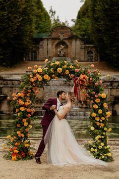 Yellow and orange elegant citrus inspired wedding ceremony | Image by Through the Glass Paris. Wedding Trends, Wedding Blog, Wedding Styles, Garden Wedding Inspiration, Elopement Inspiration, Wedding Ceremony, Bright, Elegant, Floral