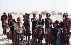 Donne e bambini boscimani del villaggio Molapo. Botswana, Kalahari centrale, 1998. Foto di Sabina Marineo. Queste comunità di San, che possono contare sino a 50 persone, sono molto pacifiche e vivono in una struttura sociale egalitaria.