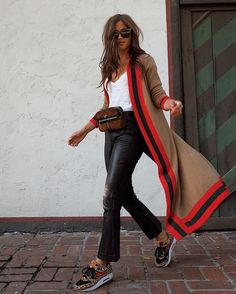 A belt bag works great for a casual outfit. It allows your hands to be free. And… A belt bag works great for a casual outfit. It allows your hands to be free. And you don't have to weigh your shoulder down with a heavy handbag! Fashion Mode, Look Fashion, Winter Fashion, Fashion Trends, Feminine Fashion, Fashion Edgy, Ladies Fashion, Fashion Styles, Fashion Art