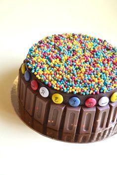 Tarta de chocolate y mermelada con chocolatinas y Lacasitos / tarta de cumpleaños para niños Birthday Parties, Birthday Cake, Sweet Cheeks, Yummy Cakes, Chocolate Cake, Sprinkles, Deserts, Cupcakes, Sweets