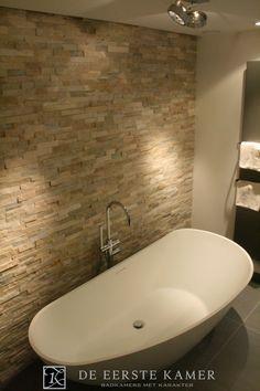 (De Eerste Kamer) Een royaal vrijstaand bad met een zeer onderscheidend design. Meer inspiratie vindt u op www.eerstekamerbadkamers.nl