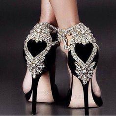sapato com pedras em formato de coração