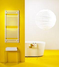 Vloerverwarming: waar wel en waar niet? Foto: www.radson.com (badkamer • geel • vrijstaand bad • handdoekendroger • gietvloer) Objects, Table Lamp, Mirror, Bathroom, Lighting, Rooms, Furniture, Home Decor, Washroom