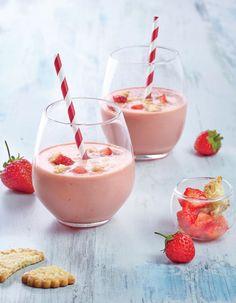 Recette Milk-shake « tarte aux fraises » : Versez dans un blender, les biscuits sablés, 10 cl d'eau glacée, le sorbet et la glace.Mixez en commençant par...