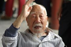 The perfect picture of an old Chinese man greeting me in Beijing.