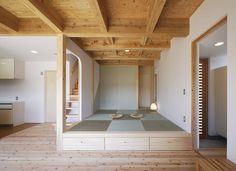 総工費2000万円以下!コンパクトで住み心地の良いローコスト住宅 芦田成人建築設計事務所 の オリジナルな 壁&床 小上りの和室