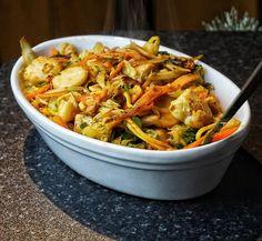 Curried chicken noodle stir fry with fried cashew nuts.  Calories:632 Fat:26 Carbs:39 Protein:56 curry kyckling nudlar cashewnötter stekt stekta Shirataki wok myfood lågkalori MyRecipe fav