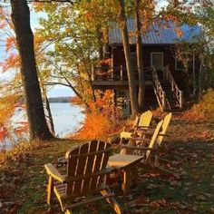 Mały domek nad jeziorem jesienią