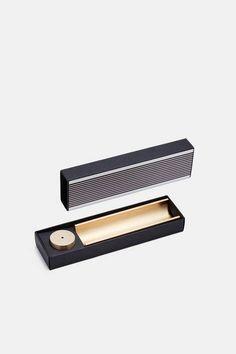 日式香和總部位於紐約的肉桂項目精造香爐提供了一個精緻的方法的儀式。 由工具和科多獸(藝術鑑賞香)的神聖的幾何形狀的啟發,這種燃燒器和紙盒手工實心黃銅的。 只需將彎盤內滑動香在光盤的中心孔和槽一棒。 封裝在一個光滑的紙禮盒。