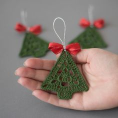 Uncinetto ornamento di Natale, uncinetto albero di Natale, decorazione di Natale, decorazione dellalbero, un insieme di 3 uncinetto albero di Natale ornamenti, decorazioni a mano  Set di 3 uncinetto albero di Natale ornamеnts.  Larghezza - 2.4 (6cm) Altezza-2.7 (7 cm)  Mano alluncinetto con filo di cotone di alta qualità in ambiente privo di fumo e pet-free con grande attenzione ai dettagli.  Questo insieme di alberi di Natale è inamidato e arrivare molto ben imballato in una scatola…