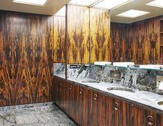 Le Four Seasons de New York. Le décor des toilettes des hommes, inchangé depuis l'ouverture du restaurant en 1959, est devenu mythique pour son panneautage de bois et marbre. © Jason Schmidt