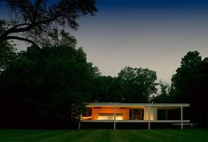 Mid-Century Modern Icons- The Farnsworth House by Mies van der Rohe|www.essentialhome.eu/blog | #midcentury #architecture #interiordesign #homedecor #colortrends #benjaminmoore #coloroftheyear