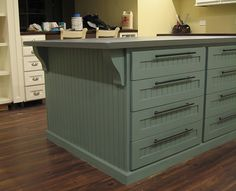 Cutting table - Add corbels and beadboard wainscoting Diy Wood Projects, Home Projects, Diy Furniture Fix, Room Planning, Kitchen Planning, Beadboard Wainscoting, Sewing Room Design, Diy Shows, Quilting Room