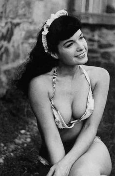 ) Photographer Bunny Yeager & Bettie Page (Rt.) Bunny Yeager in her modeling days The pairing of pinup Bettie Page and shutterbug Bunnie Yeager was a deadly one-two punch… Top Models, Pin Up Models, Modelos Pin Up, Bettie Page Photos, Pin Up Photos, A Bone, Foto Art, Vintage Beauty, Vintage Glamour