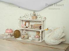 www.petithuset.nl Miniature Rooms, Miniature Furniture, Small Furniture, Home Furniture, Dollhouse Miniatures, Dollhouse Ideas, Dollhouse Accessories, Tiny Treasures, Mini Things