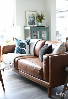 Tips and styling ideas for decorating an eclectic and cozy living room.