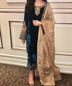 Velvet Pakistani Dress, Pakistani Dresses Party, Beautiful Pakistani Dresses, Pakistani Fashion Party Wear, Pakistani Dress Design, Nikkah Dress, Party Wear Dresses, Pakistani Outfits, Shadi Dresses