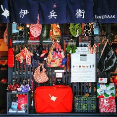 From traditional arts and crafts to kimono and matcha green tea sweets, there are a lot of things you can only find in Kyoto. Here we will introduce some great souvenirs to remind you of your time traveling in the old capital.