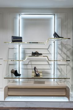Pin by ahmed dabos on استندات عرض in 2019 shoe store design, retail design, Fashion Shop Interior, Boutique Interior, Shop Interior Design, Retail Design, Floating Glass Shelves, Glass Shelves Kitchen, Shoe Rack Store, Shoe Shop, Shoe Display