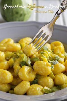 Ingredienti per 3 persone: 300 gr di gnocchi di patate 3 zucchine 1 cipolla 1 bicchiere di vino bianco secco mezzo bicchiere di latte intero 1 bustina di zafferano un goccio di acqua calda olio evo q.b sale q.b