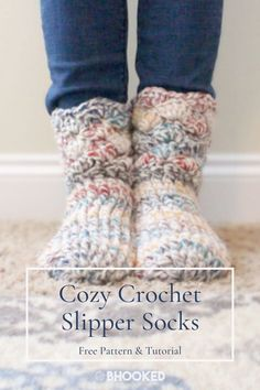Crochet Slipper Socks Free Pattern & Tutorial Crochet slippers don't have to be difficult and they don't have to take a ton of time to crochet. This quick project combines the best of crochet slippers and crochet socks into the same easy project Easy Crochet Slippers, Crochet Socks Pattern, Crochet Boots, Crochet Clothes, How To Crochet Socks, Crotchet Socks, Free Crochet Slipper Patterns, Easy Things To Crochet, Quick Crochet Gifts