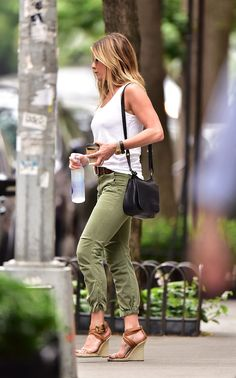 Jennifer Aniston's handbag collection is extremely sophisticated. While she might prefer to dress down in distressed denim and simple tees most of the time, Estilo Jennifer Aniston, Jennifer Aniston Pictures, Jennifer Aniston Style, Rachel Green, Fall Fashion Outfits, Mom Outfits, Jeniffer Aniston, Pantalon Cargo, Casual Chic