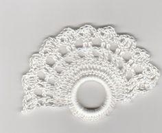 Eine wunderschöne Tischdeko: 6 gehäkelte Serviettenringe in Fächerform. Größe 6 x 8 cm