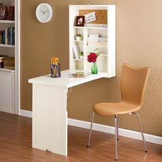 Home office super compacto, com escrivaninha, prateleiras e nichos. Quando você precisar usar basta abrir para acessar a bancada! Crédito: {decô}.