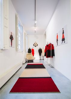 Sybilla Pop-up store – Melange Rug - The Mélange collection is a contemporary version of the Kilim. An exercise in aesthetic rationalization that upholds the ancestral handcrafted techniques of Pakistan.