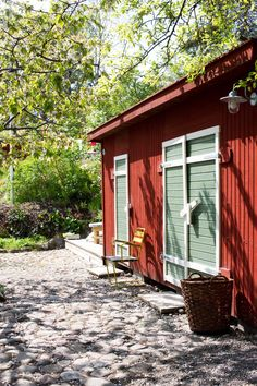 Idyllisk trädgård i Vaxholm Swedish Cottage, Red Cottage, Cottage In The Woods, Garden Shed Interiors, Interior Garden, Sweden House, Red Houses, Compact House, Hygge