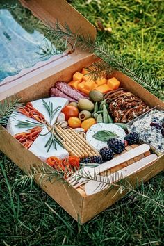 A delicious charcuterie graze box suitable for a beautiful picnic! Food Platters, Cheese Platters, Antipasto, Comida Picnic, Charcuterie And Cheese Board, Charcuterie Picnic, Graze Box, Picnic Time, Picnic Box