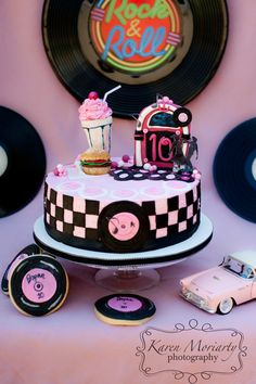 'Sugar Momma' Nicole has done it again with this Sock Hop inspired cake & cookies all I can say is Grease Themed Parties, 50s Theme Parties, Grease Party, 80 Birthday Cake, Retro Birthday, Beautiful Cakes, Amazing Cakes, Festa Pin Up, Cake Cookies