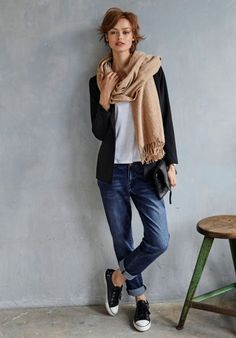 Why not try some of our favorite boyfriend jeans outfit ideas? Here are 20 of our favorite boyfriend jeans outfit ideas! Mode Outfits, Jean Outfits, Fashion Outfits, Fashion Tips, Fashion Trends, Fresh Outfits, Casual Outfits, Smart Casual Jeans Outfit, Smart Casual Dresses For Work