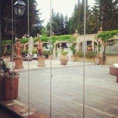 Giardini all'italiana all' Antica Fattoria Paterno per il seminario per wedding planner... eleganza classica.  #instaitaly_photo #instaitalia #instaitaly #italy #igerstoscana #rinaldelli #fascinator #cappelli #hat #matrimonio #tuscany #modaestate #estate #veletta #bride #panama #sposa #tulle #agriturismo #tosacana #seminario #womenfashion #country #igers #igersoftheday #moda #ragazza #wedding