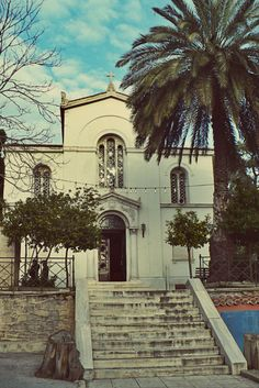 The church of Agios Georgios on the edge of the Rizari park was the temple of the Rizareios Religious School. The school has moved since and the old main building doesn't exist anymore. (Walking Athens / Route 6, National Garden)