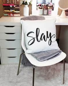 This semester … show up ready to SLAY with fierce dorm decor from OCM.com! 👑👊🏽   📸: @ladytsotsos_beauty   #bedroom #designgoals #ocmcollegelife #dormgoals #dormdecor #mattresstoppers #bedding #campusliving #findyourstyle #dorm #dormlife #student #universityapproved
