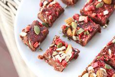Sjokoladefudge med crunchy Paleo, Gluten, Desserts, Food, Tailgate Desserts, Deserts, Eten, Beach Wrap, Postres