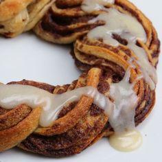 Cinnamon Roll Wreath Recipe by Tasty Brownie Desserts, Oreo Dessert, Mini Desserts, Coconut Dessert, Just Desserts, Easy Egg Breakfast, Breakfast Recipes, Dessert Recipes, Cinnamon Roll Wreath Recipe