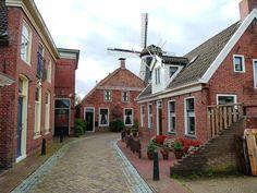 """Windmolen """"De Ster"""" in het Groningse dorpje Winsum gezien vanuit het karakteristieke Molenstraatje."""
