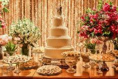 Casamento romântico: mesa do bolo com pegada intimista