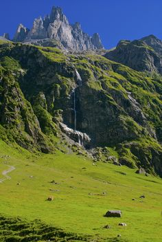 Descending to Engelberg, Engelberg, Switzerland Copyright: Tracey Footer Places To Travel, Places To See, Scenery Pictures, Beautiful Places In The World, Bergen, Beautiful Landscapes, Travel Inspiration, Around The Worlds, Earth