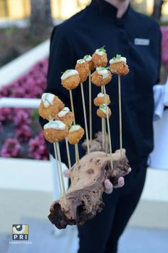 You don't have to serve your food on a traditional tray. Try something a little more creative! Catering Display, Catering Food, Wedding Catering, Food Design, Canapes Faciles, Reception Food, Food Stations, Food Platters, Food Displays