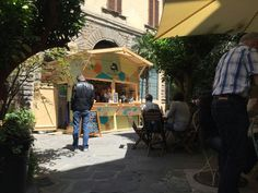 Where is this wonderful (and tasty!) green oasis in the heart of Florence? It's a summer initiayive staged by Serre Torrigiani! Try to find it! Florence, Oasis, The Good Place, Restaurants, Italy, Urban, Wine, Heart, Garden