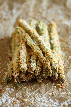 Baked Asparagus Fries - A healthy alternative to french fries baked to crisp perfection right in the oven! They don't taste much like asparagus either. Asparagus Fries, Baked Asparagus, Asparagus Recipe, Parmesan Asparagus, Asparagus Dishes, Asparagus Spears, Fresh Asparagus, Garlic Parmesan, Side Dish Recipes