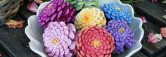 Mit einigen Tannenzapfen und Farbe basteln Sie die schönsten Herbstblumen. Sie sehen wirklich super schön aus und man kann Sie schön mit den Kindern basteln!