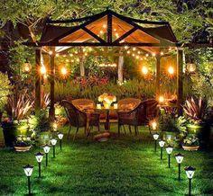 Para decorar el patio a veces la luz de las lámparas son suficiente. En este ejemplo, las lámparas dan vida bohemia nocturna a este patio que lo hacen el perfecto lugar para una cena al aire libre.