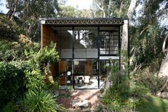 Beneden grote open ramen, ramen boven andere indeling // Eames House in the Pacific Palisades Eames, Bauhaus, Future House, My House, Farm House, Exterior Design, Interior And Exterior, Gaudi, Through The Window