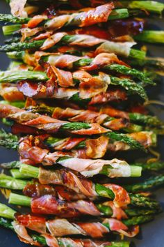 Asparagus in parma ham Kinfolk & West Elm Natural Home and Holiday Decor Workshop Kinfolk Real Food Recipes, Cooking Recipes, Great Recipes, Favorite Recipes, Healthy Recipes, I Love Food, Good Food, Yummy Food, Appetizer Recipes