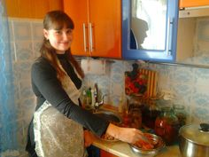 Frisch vermählte Frau beim kochen Staff Uniforms, Retro Housewife, First Love, Blouse, Female, Apron, Live, Woman, Fresh